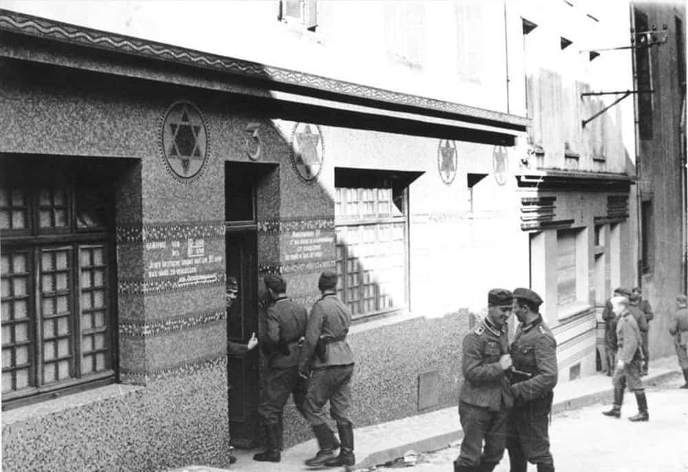 Германски војници на влез на бордел 1940